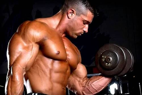 Bodybuilder-lifting-weights