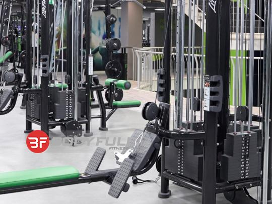 باشگاه تجهیز شده با دستگاه بدنسازی لایف فیتنس life fitness