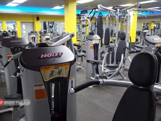 باشگاه تجهیز شده با دستگاه بدنسازی هویست HOIST