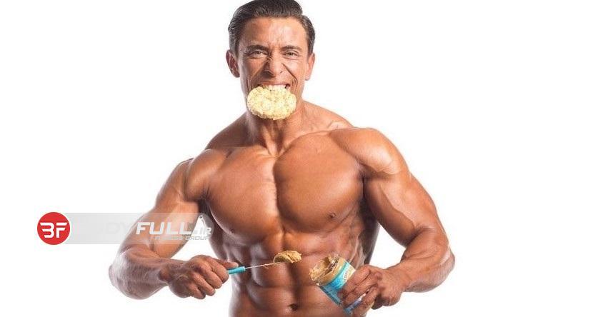 یک بدنساز چگونه باید غذا بخورد